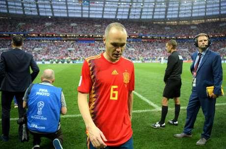 Iniesta deixa o gramado após a eliminação da Espanha pela Rússia na Copa do Mundo