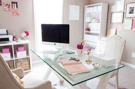 14 – Mesa para escritório pequena com pés em madeira.