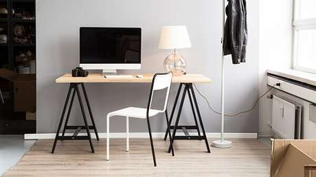 19 – Mesa para escritório com cavalete e tampo em madeira.