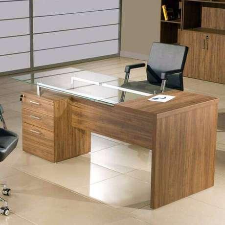 23- Mesa para escritório de madeira com gaveta e tampo de vidro.