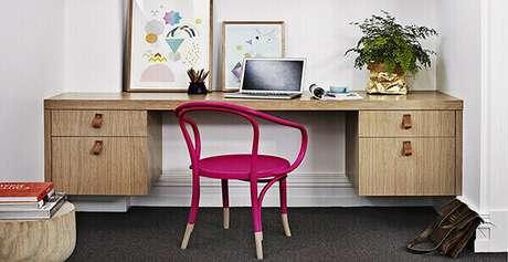 22- Mesa para escritório com gaveta em parede.