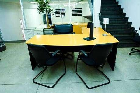 31- Mesa para escritório em L pode ser colocada na recepção.