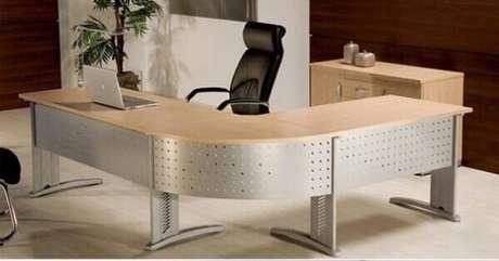 27 -Mesa para escritório em L com acabamento de metal complementa a decoração do ambiente.
