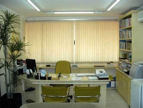 """9- Mesa para escritório em """"L"""" com tampo de granito."""