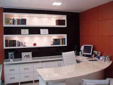 34- Mesa para escritório com linhas curvas.