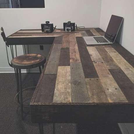 2 – Mesa para escritório com madeira reciclada.