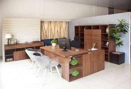 33 – Mesa para escritório em L de madeira com nichos.