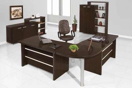 """8- Mesa para escritório em """"L""""o com perna cromada."""