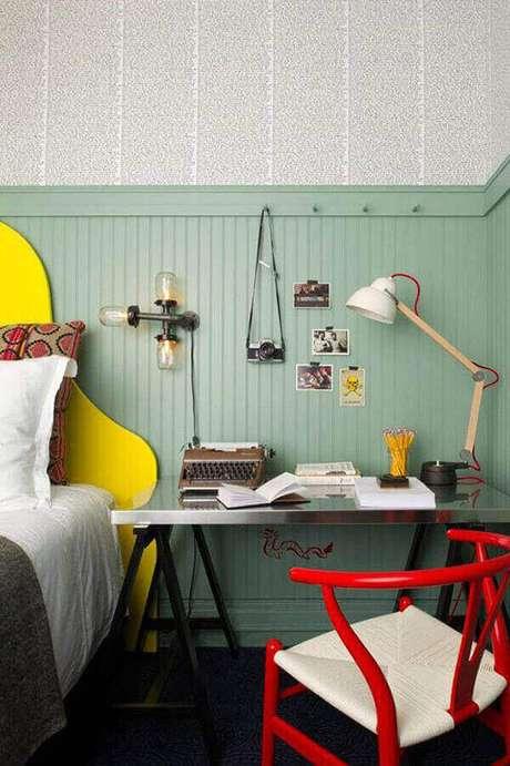 4 – Mesa para escritório complementa a decoração do quarto de solteiro.