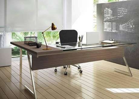 15 – Mesa para escritório de vidro com pés cromados.