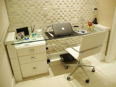 35 – Mesa para escritório de vidro pequena.