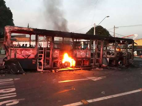 Ônibus é incendiado na cidade de Poá, na Grande São Paulo, como forma de protesto após a morte de Brenda Lima de Oliveira