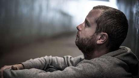 Isolamento e culpa podem afetar colegas e amigos, que também têm direito ao luto