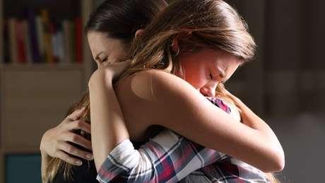 Franqueza e empatia são cruciais ao amparar pessoas de luto pelo suicídio de alguém querido