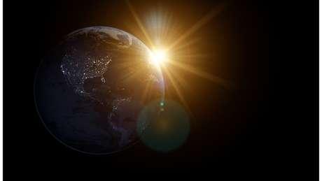 Como diz a lei de Kepler, quando os planetas estão perto do Sol eles se movem mais rápido do que quando estão longe