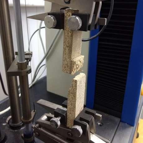Teste feito com madeira mostra que pedaço colado não se rompeu ao ser forçado