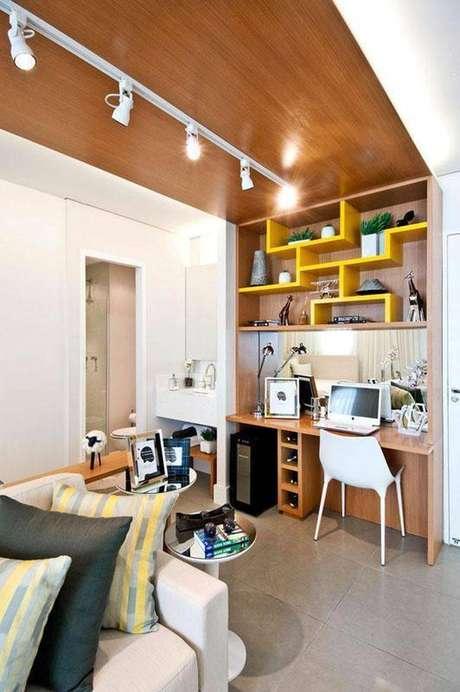 2. Estante com mesa para computador embutida é a área de destaque no quarto