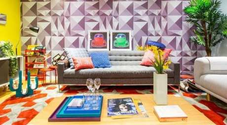 2 – Paredes decoradas com papel em desenhos geométricos.