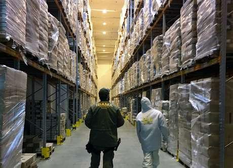 Fiscais do Ibama fazem vistoria em câmera frigorífica do centro de distribuição da rede Assaí. Mais de 38 mil kg de pescado foram vendidos sem comprovação de origem