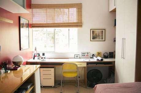 19. Uma mesa para computador com nichos otimiza o espaço