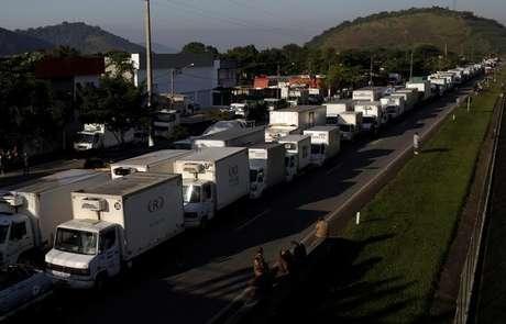 Caminhoneiros bloqueiam BR-116 em Guapimirim, no Rio de Janeiro 23/05/2018 REUTERS/Ricardo Moraes