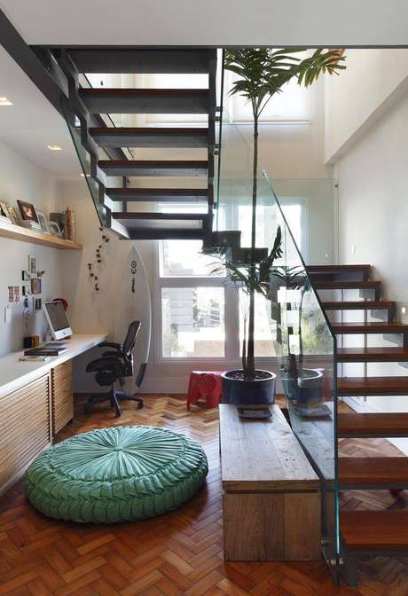 3. Aproveitar o espaço abaixo da escada pode ser uma ótima saída para quem precisa de um home office