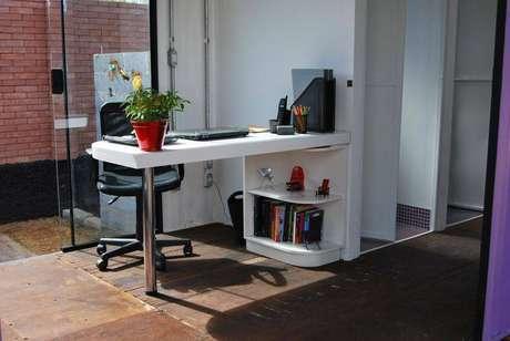30. Decoração com mesa pequena para computador