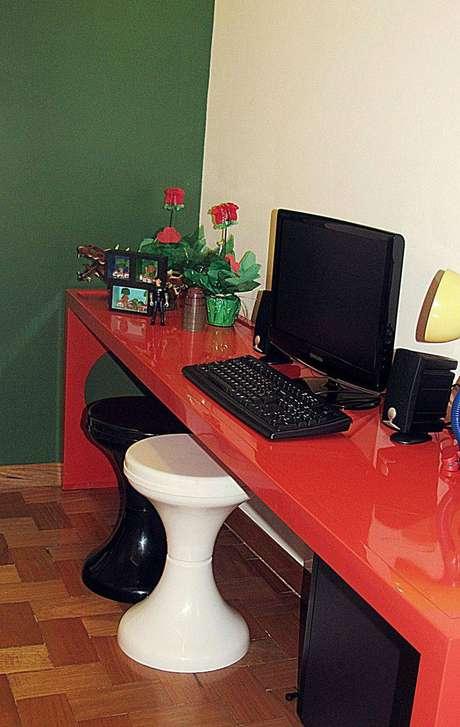 32. Modelo simples de mesa para computador vermelha