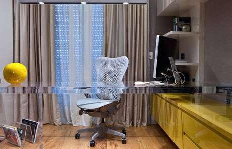 8. A mesa de vidro ou acrílico transparente é muito elegante