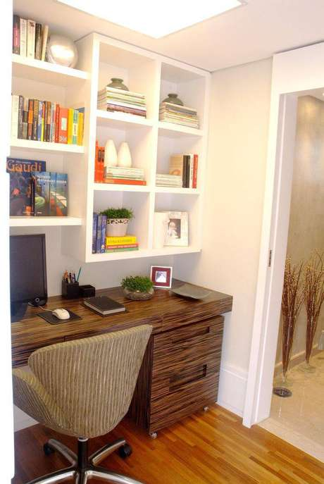 9. Uma mesa que imita madeira rústica fica muito charmosa no ambiente