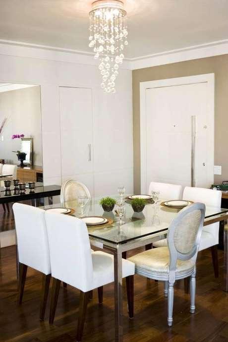 1- As paredes decoradas com tintas coloridas contrastam com o ambiente branco.
