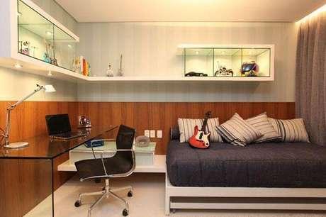 35. Decoração moderna para quarto com home office com mesa para computador de acrílico transparente