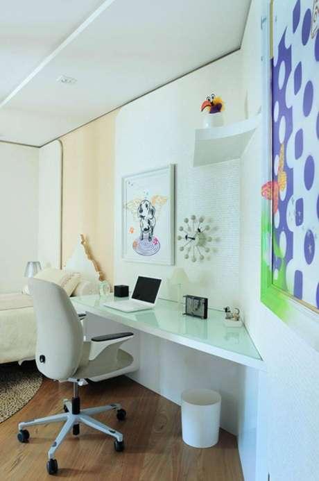 36. Decoração para home office em tons de branco e azul com mesa pequena para computador
