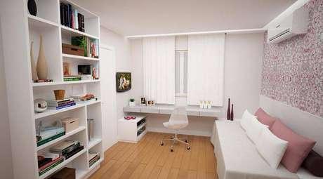 37. Quarto branco com home office com mesa de computador