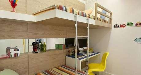 39. O beliche com escrivaninha para computador é uma ótima ideia para quarto pequeno