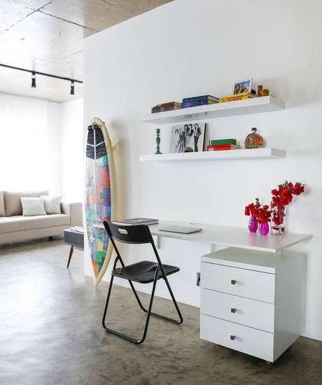 41. Decoração simples para home office branco com escrivaninha para computador com gaveta embaixo