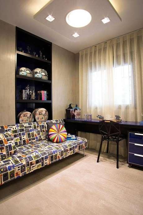 1. Mesa de computador azul com gavetas embutidas é moderna