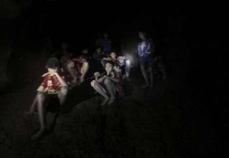 Tailândia divulga novo vídeo de meninos presos em caverna
