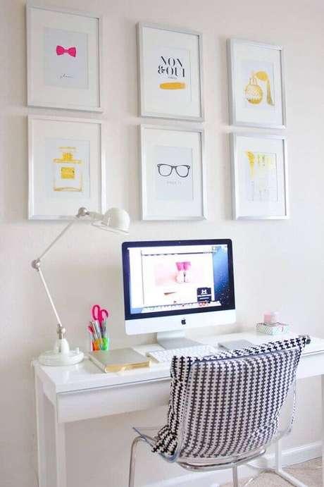 5. Decoração toda em tom de branco com escrivaninha pequena para computador