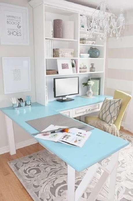 45. Tons de azul e branco dão um ar delicado para o home office com mesa de canto para computador