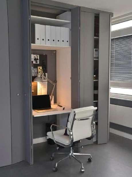 46. Ideia de home office com mesa pequena para computador com portas