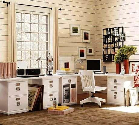 47. A gaveta é um item quase indispensável em um home office com mesa de computador ampla