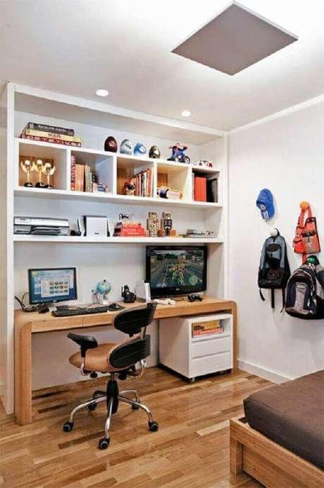 49. Decoração para quarto em tons de branco e castanho com mesa decomputador de madeira