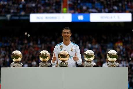 Cristiano Ronaldo mostra suas 5 bolas de ouro no Santiago Bernabéu