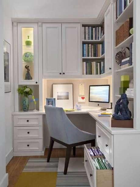 51. Home office com mesa de canto para computador com gavetas e portas nos armários