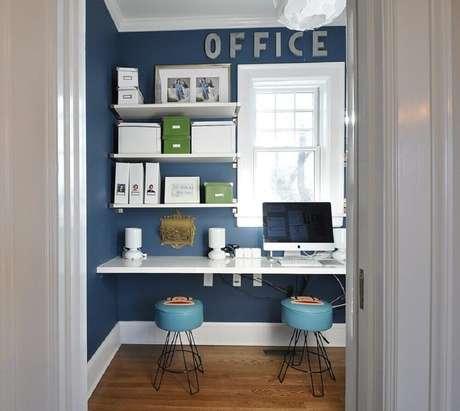 52. Tons de azul e branco são excelentes para decoração de home office com mesa de computador simples