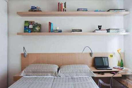11. Decoração de quarto com escrivaninha para computador planejada ao lado da cama com cadeira de acrílico