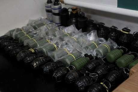 Delegacia de Roubos e Furtos (DRF) encontra paiol de armas e granadas escondida em casa em Parada de Lucas, Zona Norte do Rio, nesta quarta-feira (04).