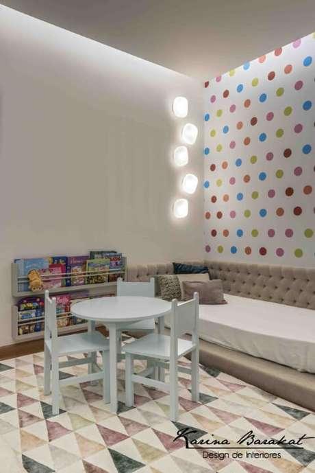 5db6207ea2 Quarto montessoriano com mesa baixa e prateleiras idem. Projeto de Karina  Barakat