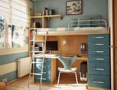7. Quarto com beliche com escrivaninha para computador decorado em tons de azul e castanho